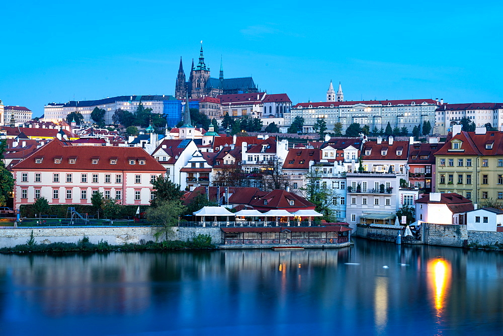 St. Vitus Cathedral and Prague Castle viewed from Charles Bridge during sunrise, UNESCO World Heritage Site, Prague, Czech Republic, Europe