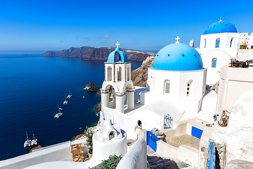 White washed stone buildings and the blue cupolas of a church in Oia, Santorini, Cyclades, Greek Islands, Greece, Europe - 1263-42