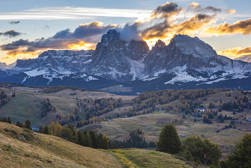 Italy, Trentino, Alpe di Siusi, Sassopiatto and Sassolungo at sunrise - 1264-126