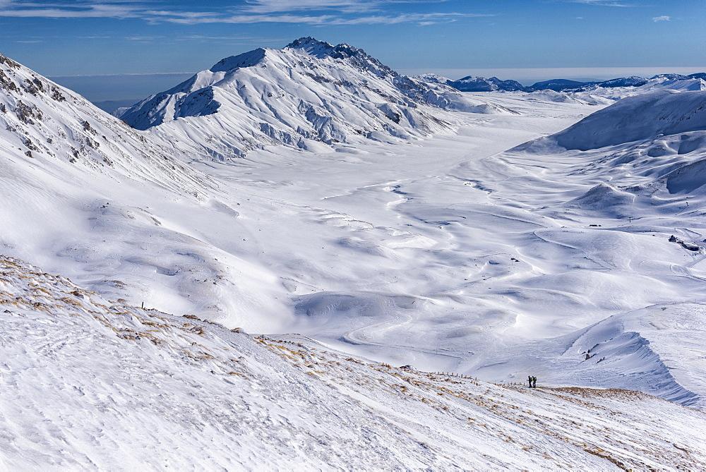 Hikers on Campo Imperatore plateau in winter, Gran Sasso e Monti della Laga, Abruzzo, Apennines, Italy, Europe - 1264-180