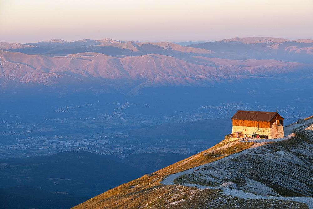 Italy, Abruzzo, Gran Sasso e Monti della Laga National Park, Duca degli Abruzzi mountain hut at sunrise
