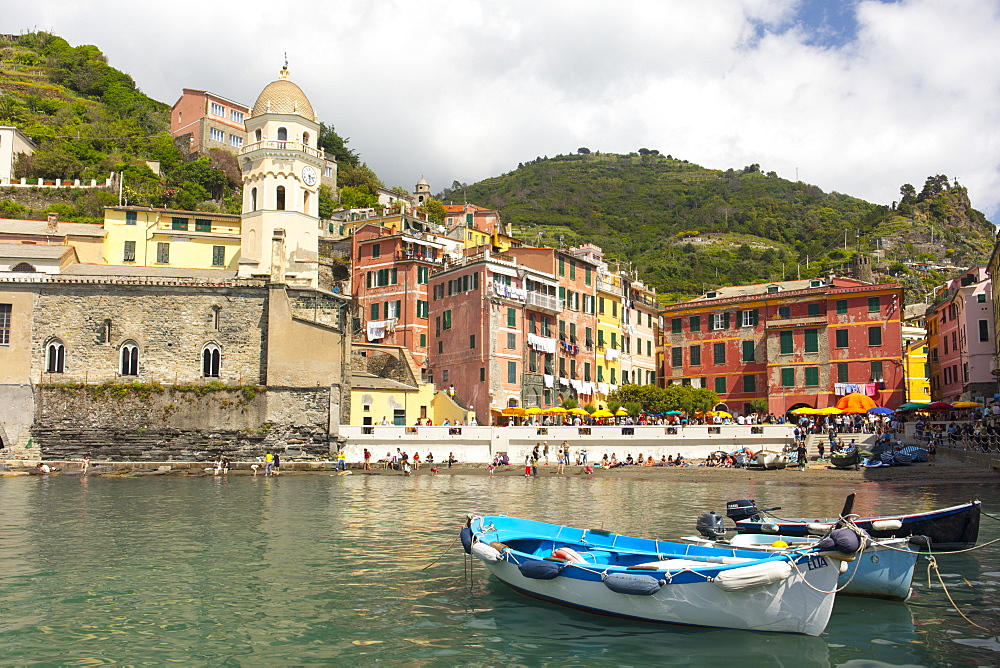 Boats in the harbour at Vernazza, Cinque Terre, Liguria, Italy, Europe, UNESCO World Heritage Site - 1284-144