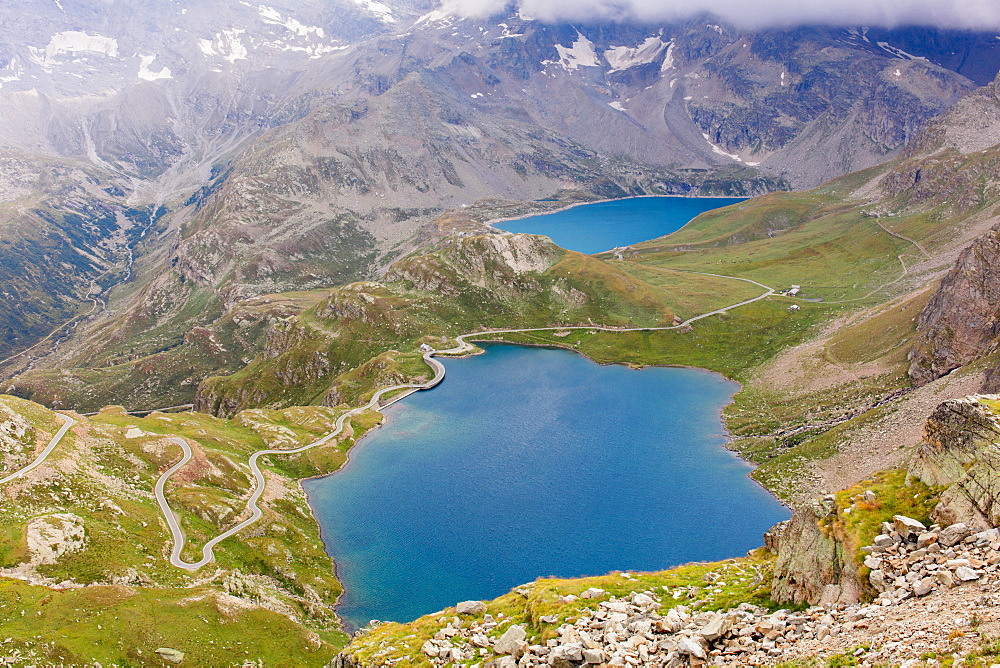Looking down at Lakes Agnel and Serru from the top of the Nivolet Pass (Colle del Nivolet), Graian Alps, Italy, Europe