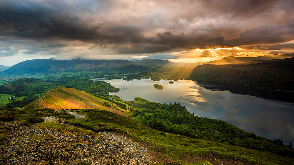 Sunrise over Derwentwater from the ridge leading to Catbells in the Lake District National Park, UNESCO World Heritage Site, Cumbria, England, United Kingdom, Europe - 1287-33