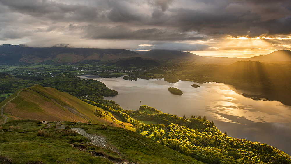 Sunrise over Derwentwater from the ridge leading to Catbells in the Lake District National Park, UNESCO World Heritage Site, Cumbria, England, United Kingdom, Europe - 1287-34