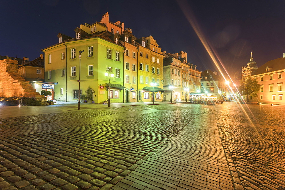 Historic buildings at the Castle Square (Plac Zamkowy) at night, Old city, Warsaw, Poland - 1300-185