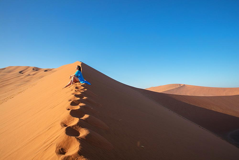 Model climbing Dune 13, Sossusvlei, Namibia, Africa - 1304-51