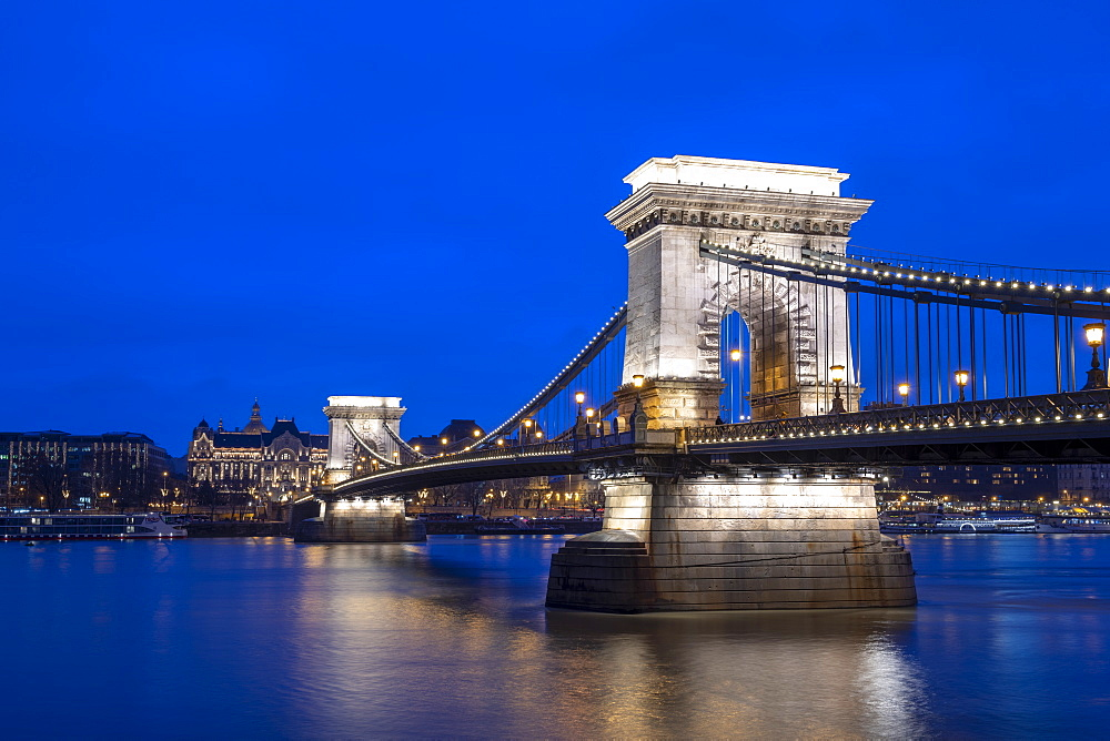 The Chain Bridge across the River Danube at night, UNESCO World Heritage Site, Budapest, Hungary, Europe