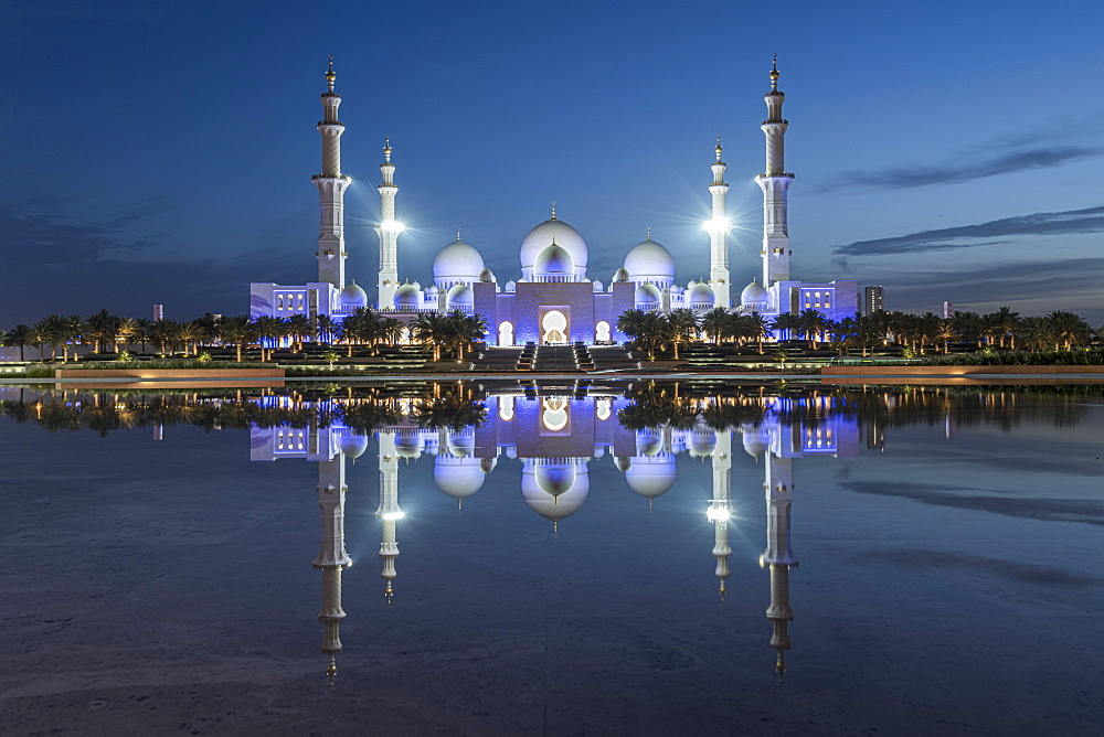 The Sheikh Zayed Grand Mosque in the blue hour, Abu Dhabi, United Arab Emirates, Middle East