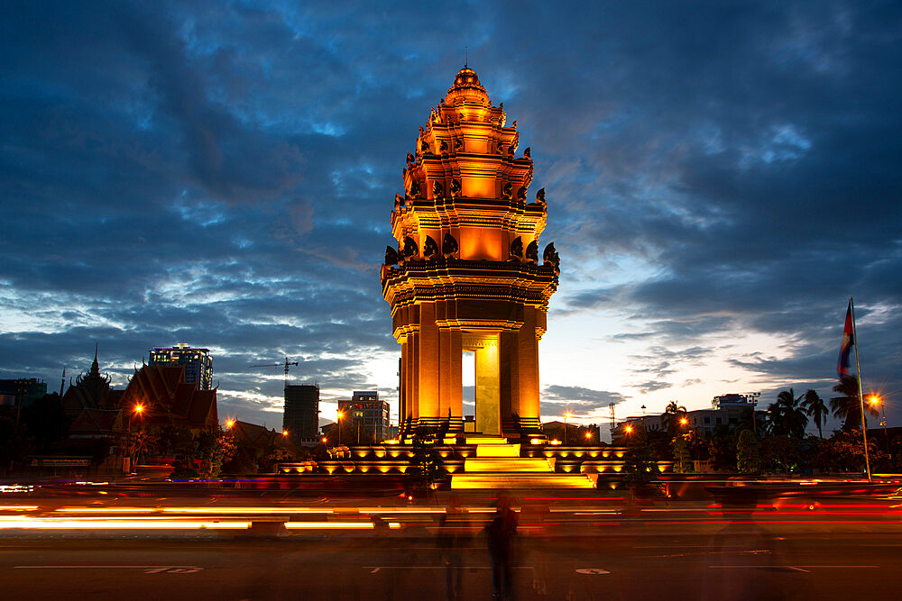 Independence Monument in Phnom Penh at twilight, Cambodia, Indochina, Southeast Asia, Asia