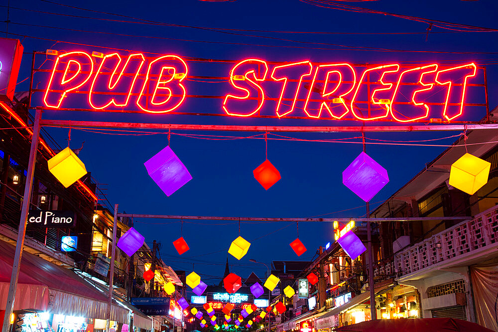 Pub Street, a night life hotspot, at night, in Siem Reap, Cambodia, Indochina, Southeast Asia, Asia - 1315-293