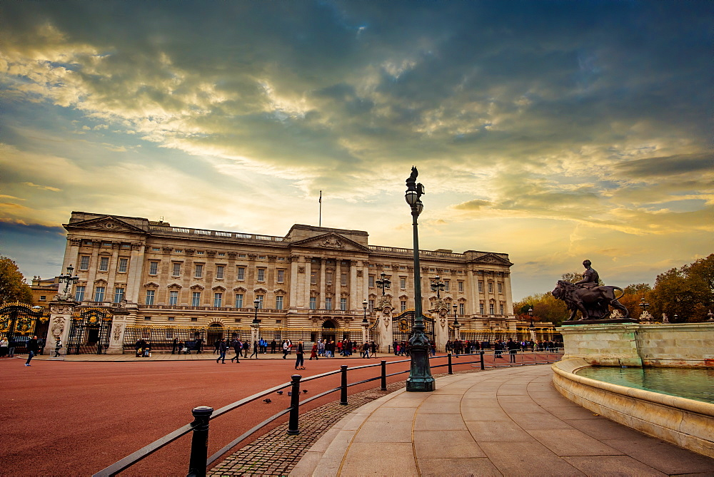 Buckingham Palace, London, England, United Kingdom, Europe - 1319-21