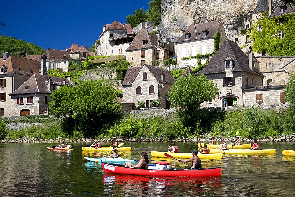 People in canoes on the Dordogne River near La Roque-Gageac, Dordogne, France, Europe