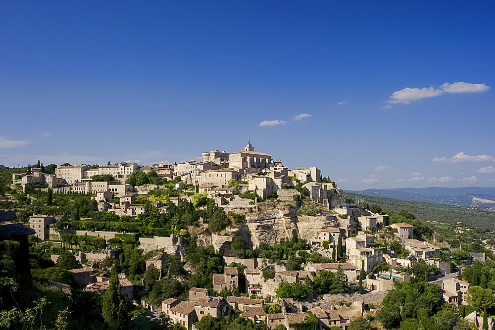 The hilltop town of Gordes, Luberon, Provence, France, Europe