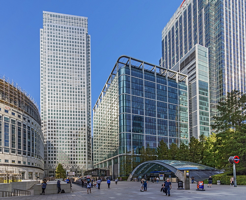 I Canada Square, Reuter's Plaza and the entrance to Canary Wharf Station, Docklands, London, England, United Kingdom, Europe - 190-9842