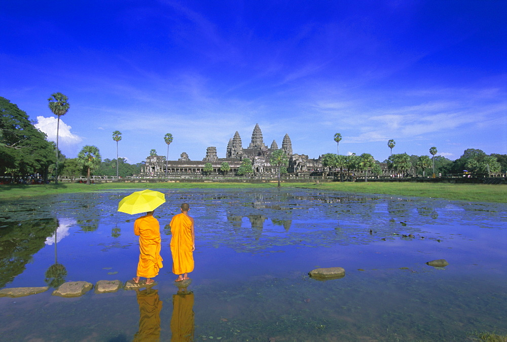 Buddhist monks standing in front of Angkor Wat, Angkor, UNESCO World Heritage Site, Siem Reap, Cambodia, Indochina, Asia - 252-10076