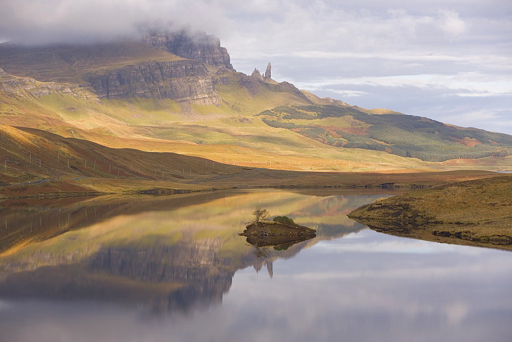 Loch Leathan, The Old Man of Storr, Isle of Skye, Inner Hebrides, west coast, Scotland, United Kingdom, Europe - 252-10970