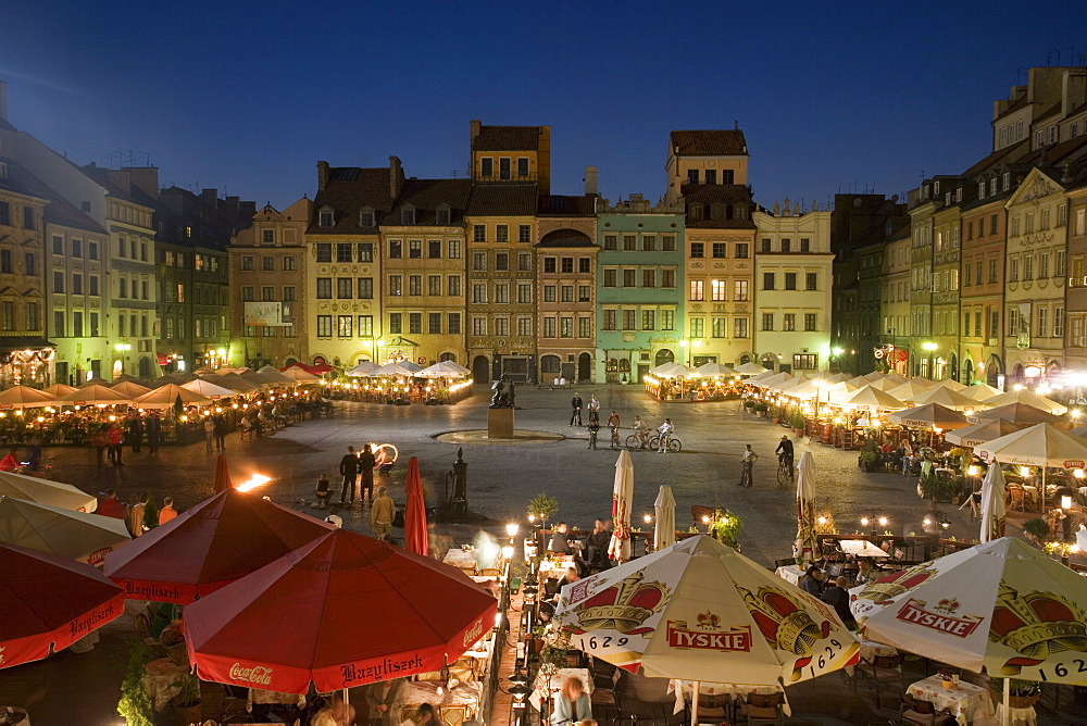 Street performers, cafes and stalls at dusk, Old Town Square (Rynek Stare Miasto), UNESCO World Heritage Site, Warsaw, Poland, Europe