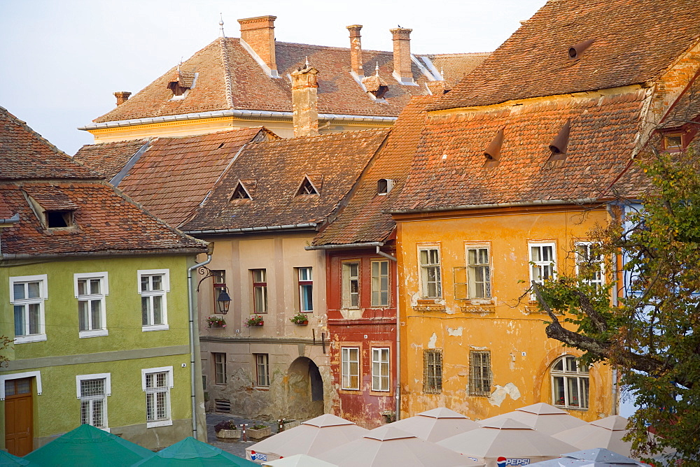 Piata Cetatii, central square in the medieval citadel, surrounded by cobbled streets lined with 16th century burgher houses, Sighisoara, UNESCO World Heritage Site, Transylvania, Romania, Europe - 252-11251