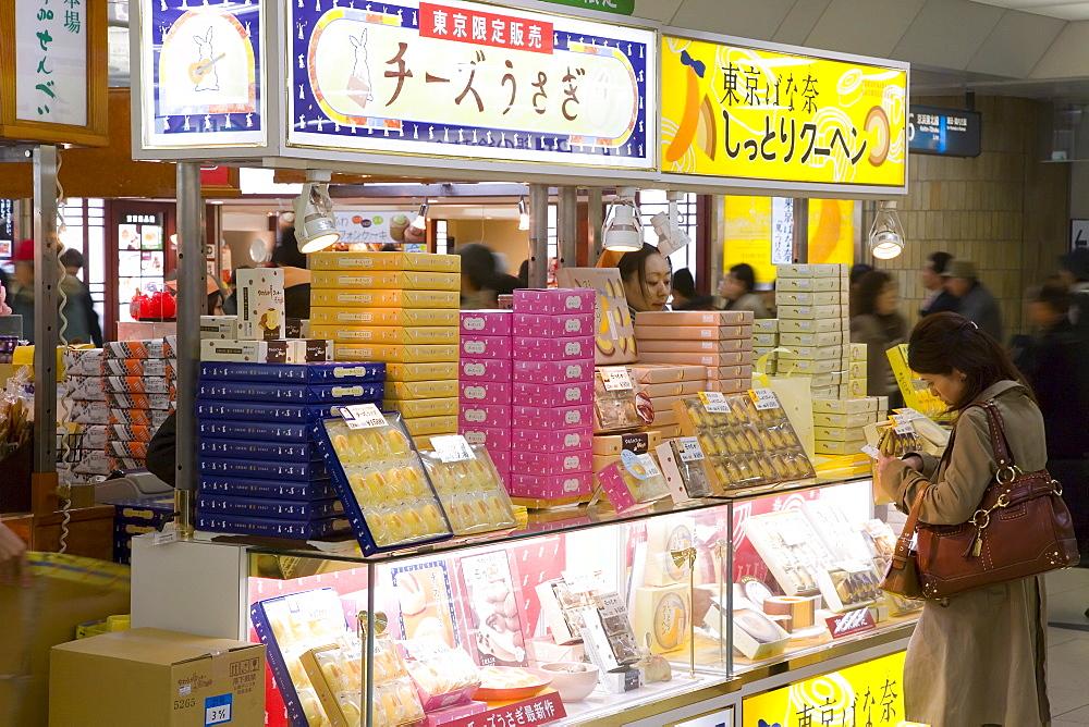 Shop inside Tokyo Central Train Station, Tokyo, Honshu, Japan, Asia