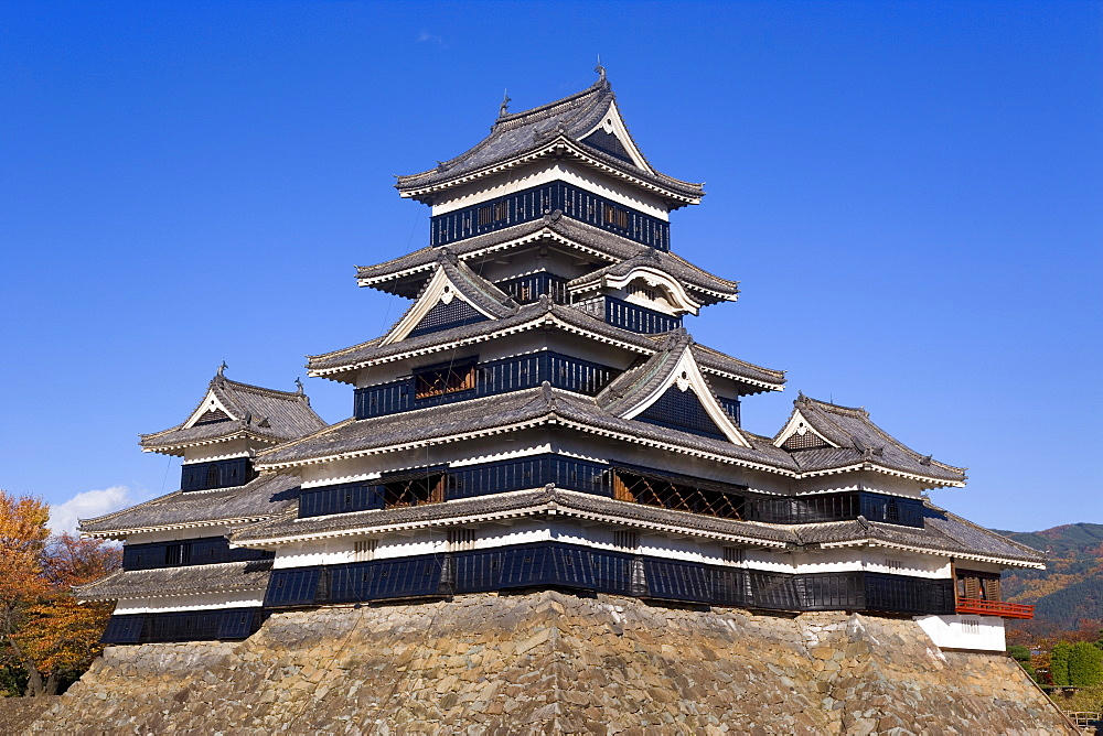 Matsumoto-jo (Matsumoto Castle), three-turreted donjon built in 1595 in contrasting black and white, Matsumoto, Nagano Prefecture, Central Honshu (Chubu), Japan, Asia - 252-11328