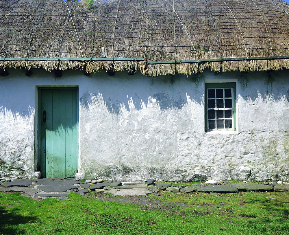 Typical thatched Irish cottage near Glencolumbkille, County Donegal, Ulster, Republic of Ireland (Eire), Europe