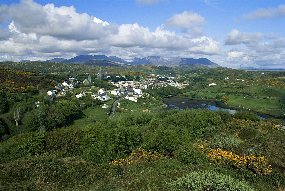 Clifden and the Twelve Pins or Benna Beola Mountains, County Galway, Connacht, Eire (Republic of Ireland), Europe