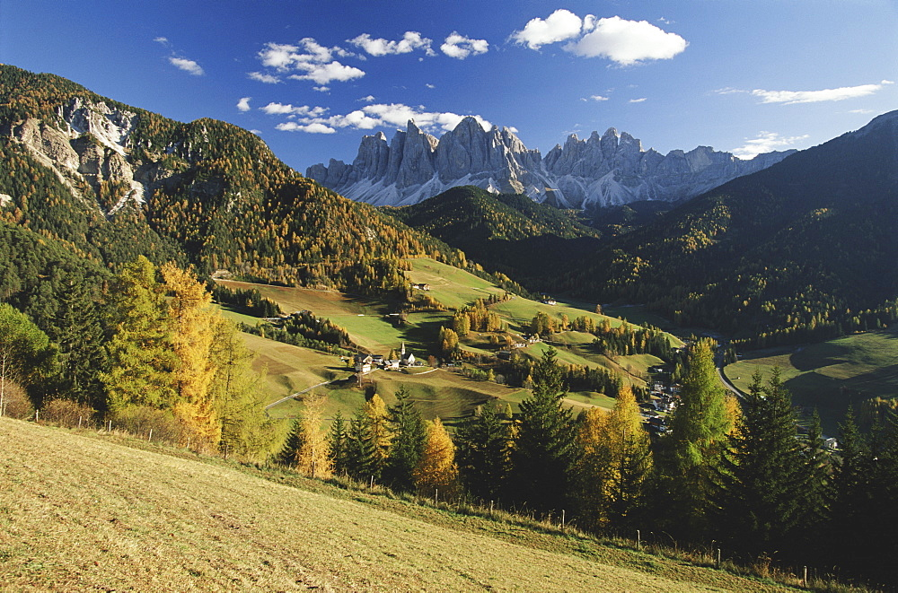 Italy, Cortina, Dolomites, view from over rolling landscape - 252-5660