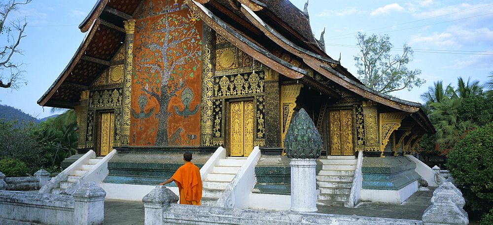 Classic Lao temple architecture, Wat Xieng Thong, Luang Prabang, Laos, Indochina, Asia