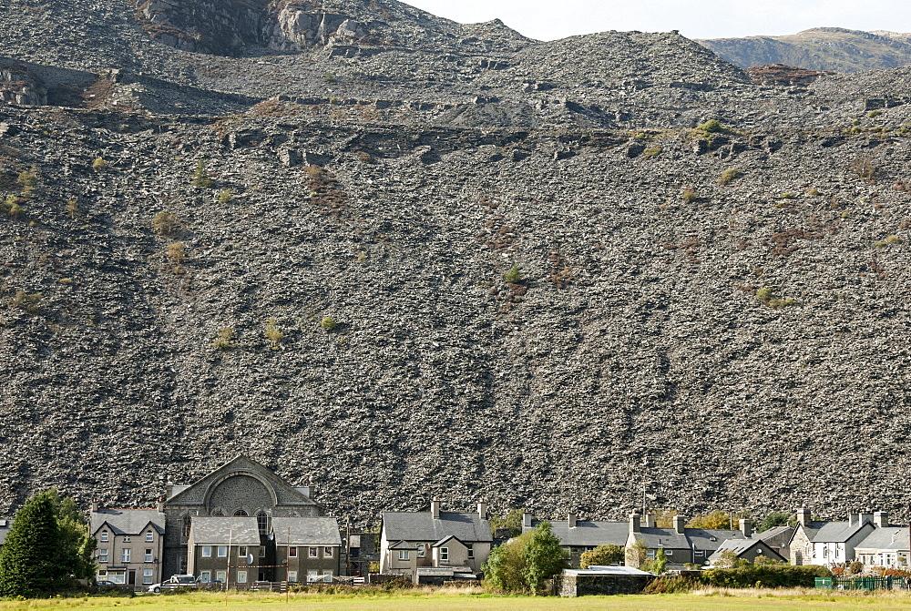 Houses below slate quarry waste heaps, Blaenau Ffestiniog, Gwynedd, North Wales, United Kingdom, Europe - 29-5486