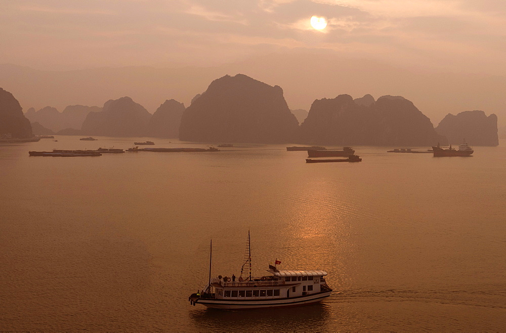 Sunrise at Halong Bay, UNESCO World Heritage Site, Vietnam, Indochina, Southeast Asia, Asia