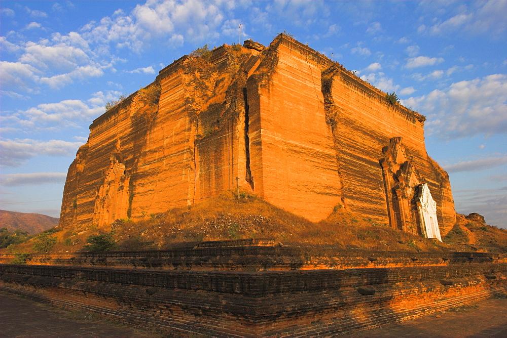 Mingun Paya badly cracked by earthquakes standing 50m high, Mingun Paya, Mingun, Mandalay, Myanmar (Burma), Asia