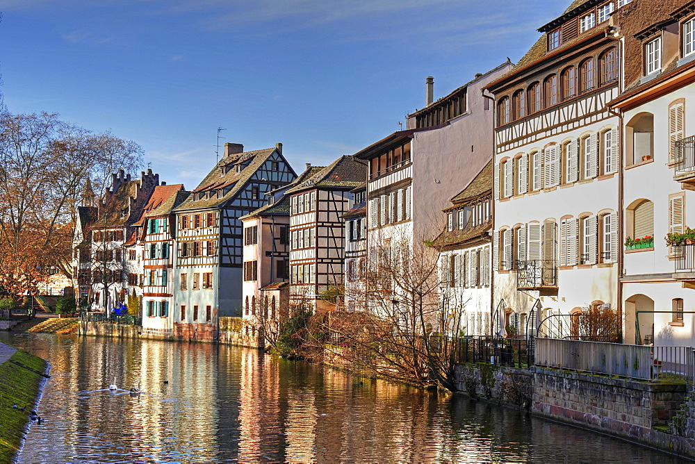 Ill River and Quai de la Bruche, old town Petite France, UNESCO World Heritage Site, Strasbourg, Alsace, France, Europe