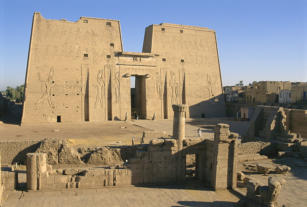 Forecourt and pylon, the temple of Horus, archaeological site, Edfu, Egypt, North Africa, Africa