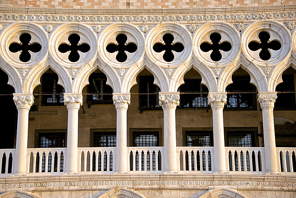 Logia detail, Palazzo Ducale (Doges Palace), Piazza San Marco, San Marco, Venice, UNESCO World Heritage Site, Veneto, Italy, Europe - 665-5403