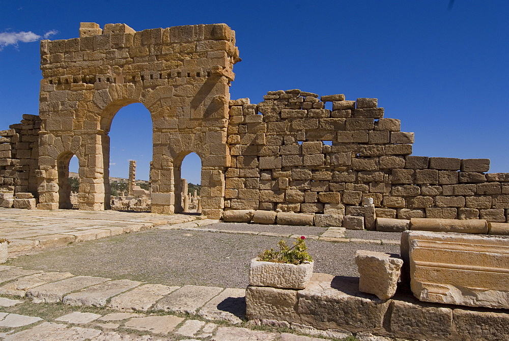 Antonine Gate, Roman ruin of Sbeitla, Tunisia, North Africa, Africa