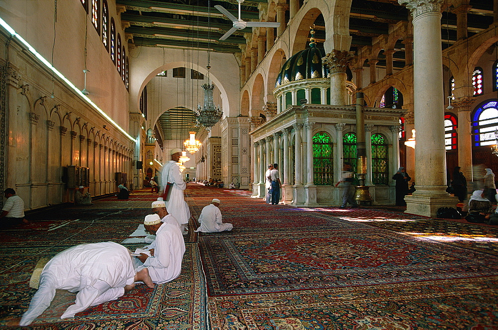 Syria, Damascus , Omayyad Mosque, Interior, People At Prayer, Pilgrims Come From The Whole Islamic World To Visit The Mausoleum Supposed To Contain The Prophet Yaya's Head (St John The Baptist), Iranian Shiites Believe The Prophet Mahomet Grandson Hussein's Head (Son Of Ali) Was Also Stored Here