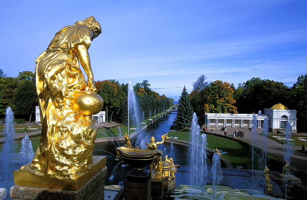 Russia, Saint Petersburg, Peterhof (Petrovorets) Castle And Park, Perspective On The Canal To Baltic Sea, Waterworks Cascade And Golden Statues At Fore *** Local Caption ***