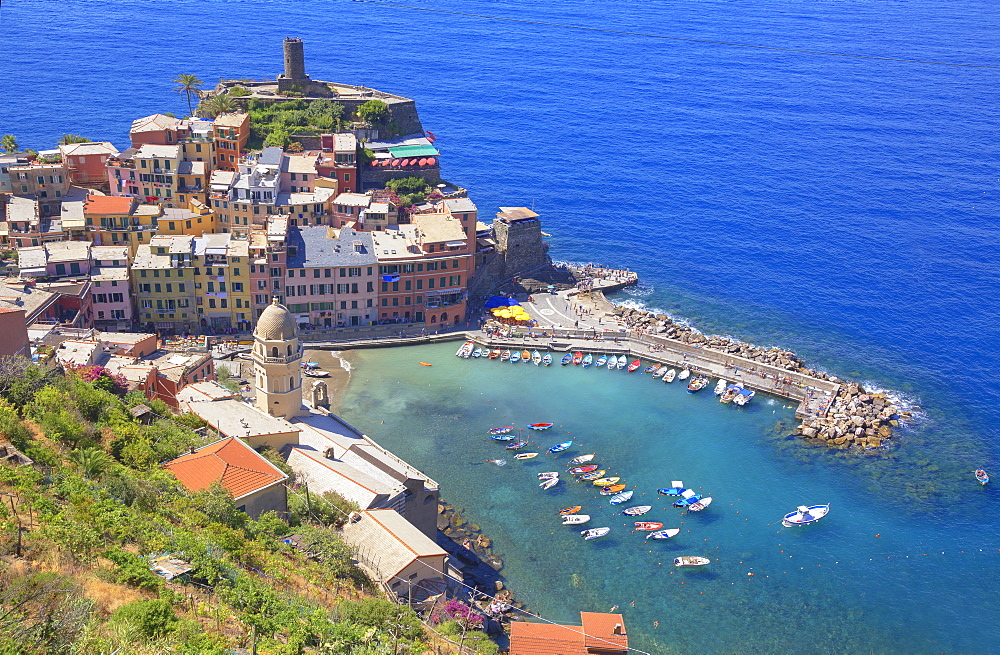 The colorful sea village of Vernazza, Cinque Terre, UNESCO World Heritage Site, Liguria, Italy, Europe