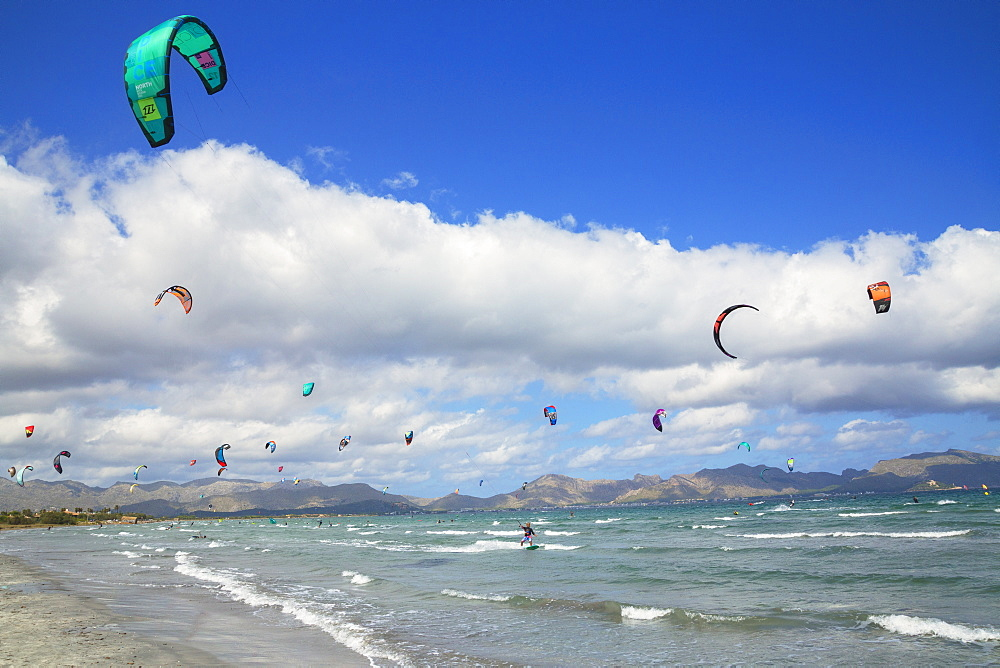 Kitesurfing, Alcudia beach. Mallorca (Majorca), Balearic Islands, Spain, Europe - 718-2252