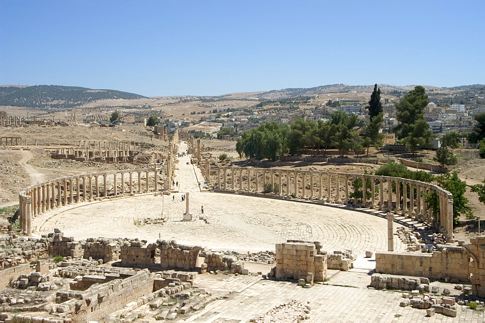Oval Plaza (Forum) and Cardo Maximus colonnaded street, Roman city, Jerash, Jordan, Middle East