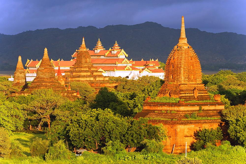 Temples on Bagan plain, Bagan (Pagan), Myanmar (Burma), Asia - 733-6307