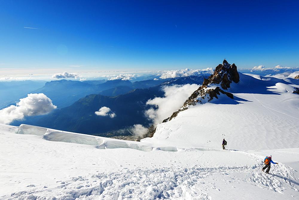 Climbers on Mont Blanc, Aiguille du Midi, Chamonix, Rhone Alpes, Haute Savoie, French Alps, France, Europe