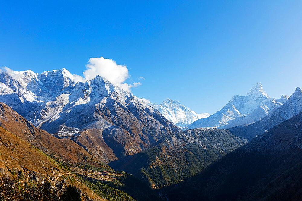 Asia, Nepal, Khumbu valley, Sagamartha National Park, Unesco World Heritage site, Ama Dablam (6812m) Nuptse and Lhotse mountains