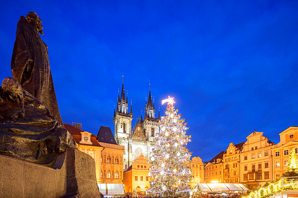 Europe, Czech Republic, Prague, Christmas market in Old Town Square, Church of Our Lady Before Tyn