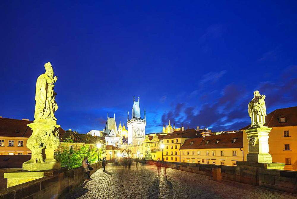 The 14th century Charles Bridge, Prague Castle and St. Vitus Cathedral, Prague, UNESCO World Heritage Site, Bohemia, Czech Republic, Europe