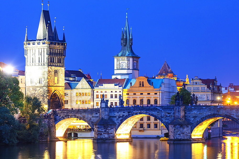 Charles Bridge on the Vltava River, Prague, UNESCO World Heritage Site, Bohemia, Czech Republic, Europe