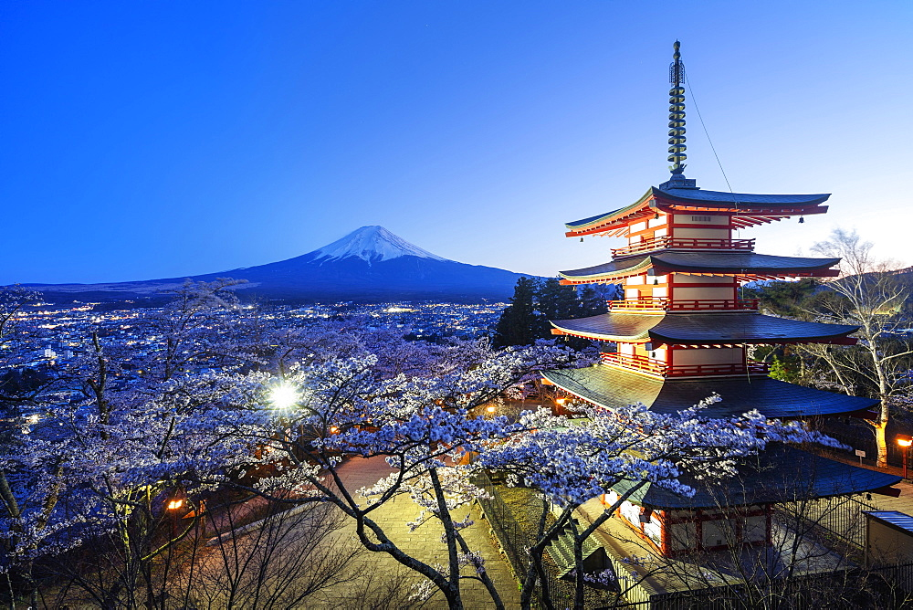 Cherry blossom at Chureito Pagoda in Arakurayama Sengen Park, and Mount Fuji, 3776m, UNESCO World Heritage Site, Yamanashi Prefecture, Honshu, Japan, Asia
