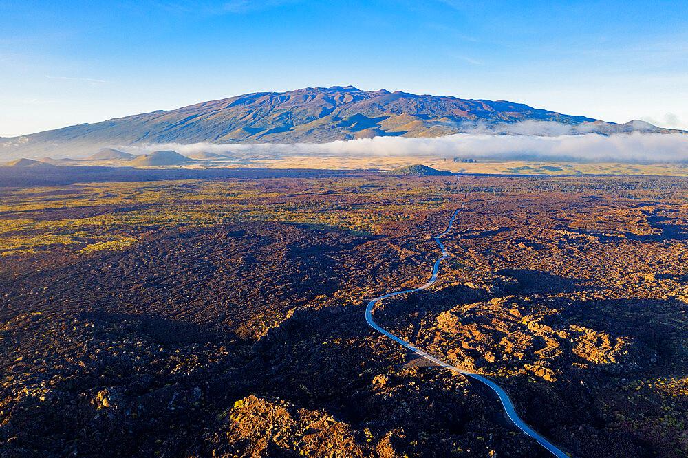 USA, Hawaii, Big Island, Mauna Kea (4207m), volcanic landscape, aerial view