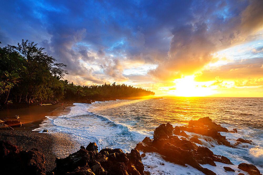 USA, Hawaii, Big Island, sunrise at Kehena Beach